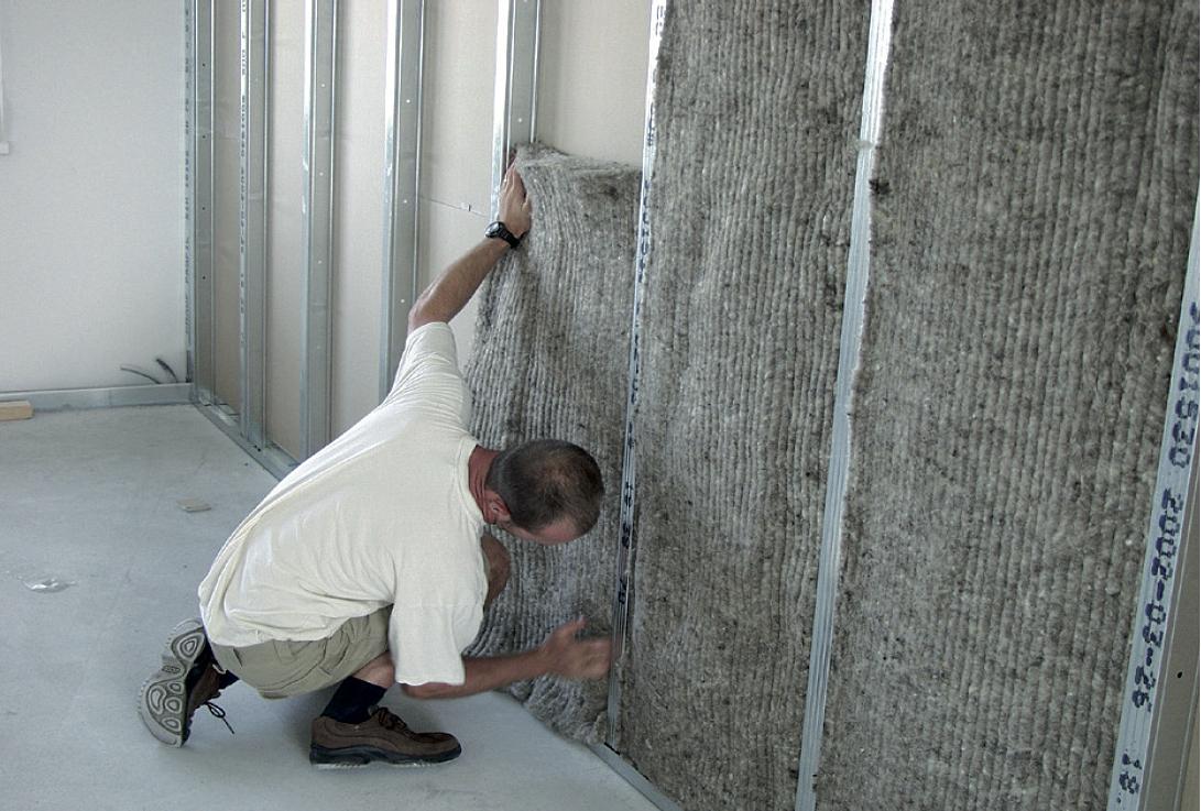 Verarbeitung von Schafwolle-Dämmung in einer Metallständerwand. Foto: Isolenawolle