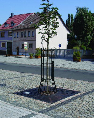 Kombiniertes Baumschutzsystem aus Rost und Gitter. Foto: ACO Tiefbau