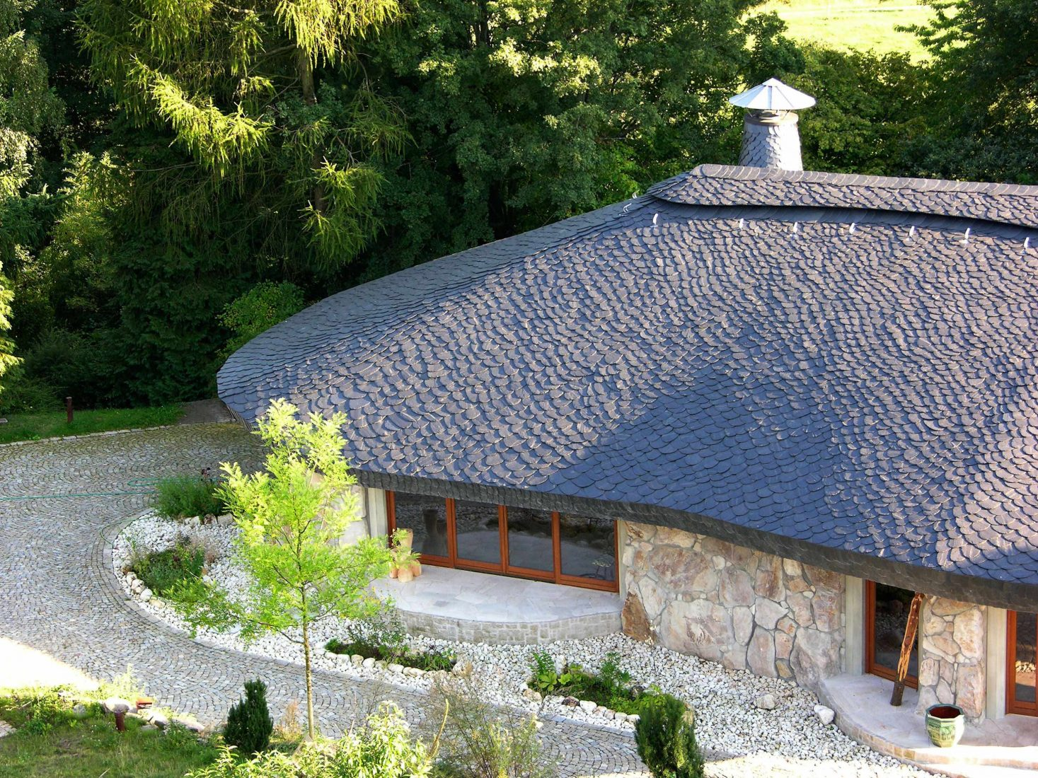 Wilde Dachdeckung aus Moselschiefer auf einem Haus unweit von Frankfurt. Foto: Rathscheck Schiefer