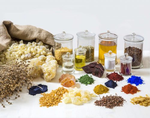 Das Bild zeigt typische Rohstoffe von Naturfarben. Foto: Auro AG