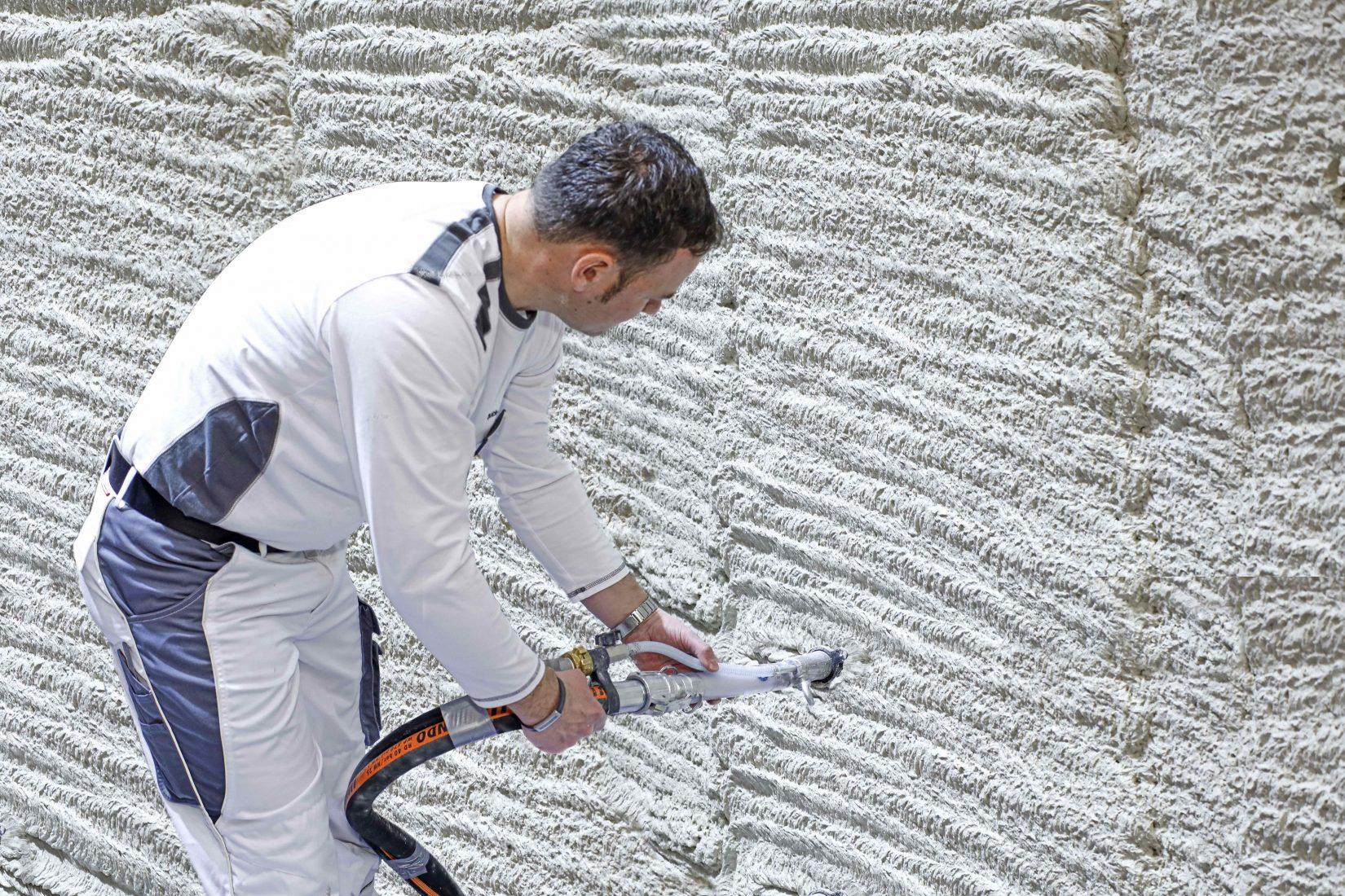 """Extrem porös: Der schaumartige Leichtputz """"Tri-O-Therm M"""" hat ein Luftporenvolumen von über 75 %. Foto: Schwenk Putztechnik"""