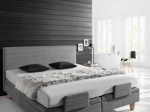 Reizvoller Kontrast: Kombiniert mit hellen Farben überzeugt das Holz auch im Wohnbereich. Foto: Mocopinus