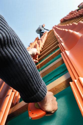 Auch Dachdecker, die ihren Meister machen wollen, profitieren vom Aufstiegs-BAföG. Foto: Braas GmbH