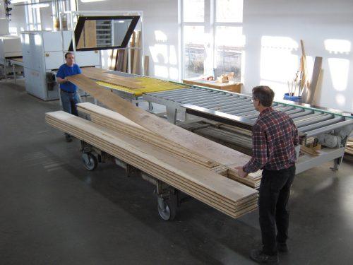 XXL-Dielen: Schlossboden-Element in der Produktion des oberbayerischen Herstellers Hain. Foto: Hain Parkett