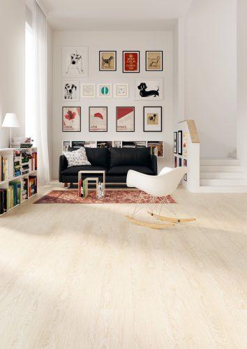 """Im Wohnzimmer: Die Linoleum-Planken der Marke """"Naturecore"""" sind mit einer Schutzschicht versiegelt und lassen sich wie Laminat verlegen. Foto: DLW Flooring"""