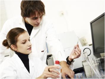 Praktische Laborarbeit gehört zum Studienalltag der angehenden Baustoffingenieure. Foto: Universität Weimar