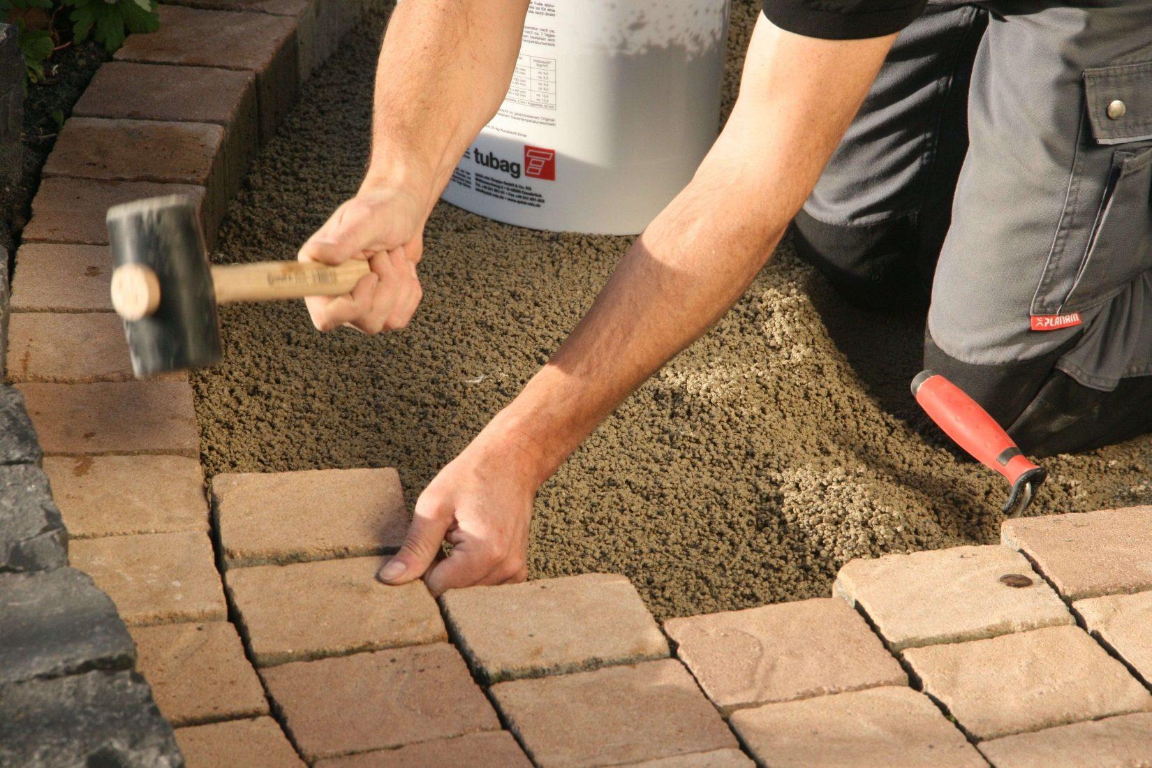 Trass-Grobkornmörtel zur Verlegung von Natursteinen im Außenbereich. Foto: quick-mix/Tubag