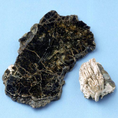 Vermiculit direkt nach dem Abbau (schwarz) und in expandierter Form (hell). Foto: Techno Physik