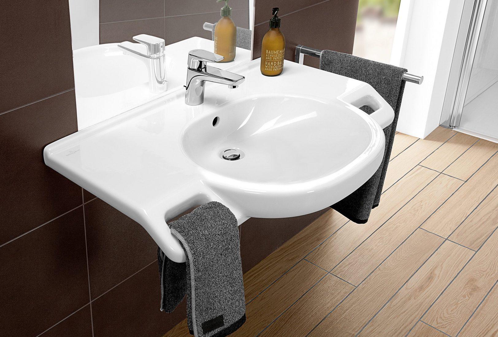 Universal Design im Bad: Waschtisch (unterfahrbar) mit Haltegriffen. Foto: Villeroy & Boch