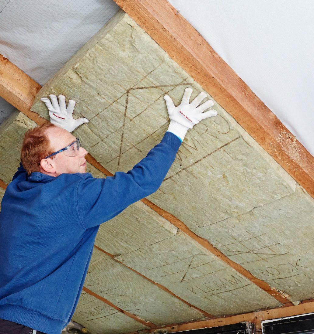Flexible Klemmfilze lassen sich einfach zwischen die Dachsparren klemmen. Foto: Rockwool