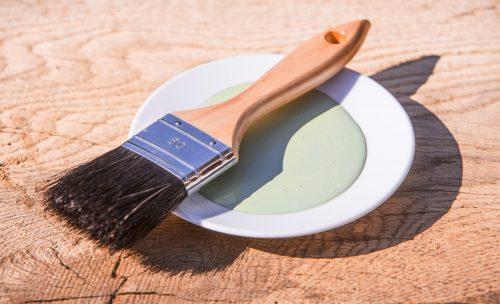 Deckender Buntlack für Holzoberflächen. Foto: Auro