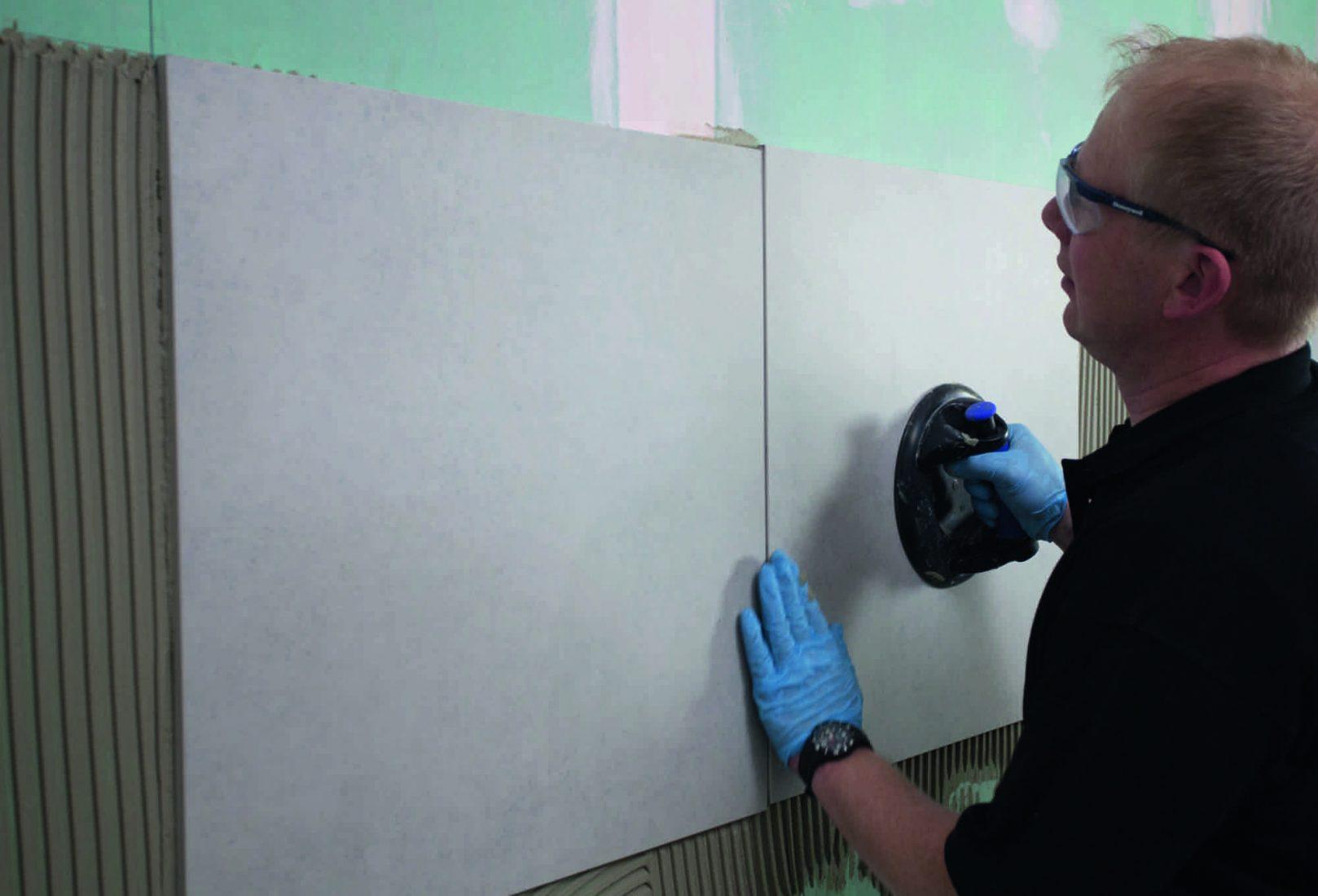 Bei großen Feinsteinzeug-Wandfliesen sorgen Flexkleber für eine hohe Standfestigkeit. Foto: PCI
