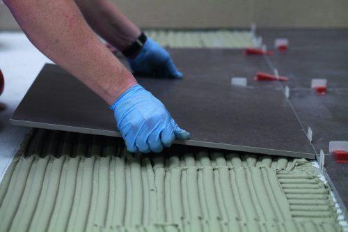 Auch für hochbelastete Bodenbereiche sind die kunststoffvergüteten Kleber ideal. Foto: PCI