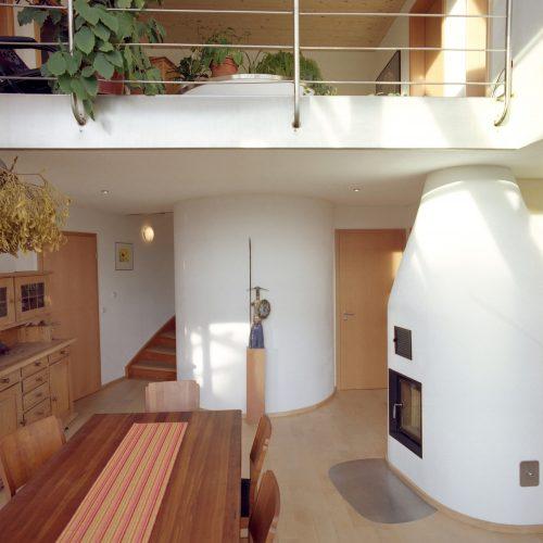 Wassertank und Holzofen: Wie man sieht, lässt sich die Technik durchaus elegant ins Haus einbinden. Foto: Sonnenhaus-Institut