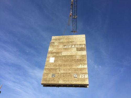 Großformatiges Fertigwandmodul aus Holzbeton. Foto: Isospan
