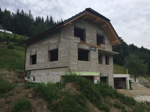 Rohbau eines Wohnhauses aus Holzbetonsteinen. Foto: Isospan