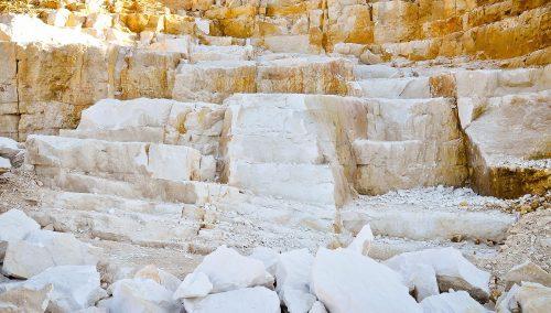 Zur Herstellung von Luftkalk wird natürlicher Kalkstein gebrannt und anschließend gelöscht. Foto: Schwenk Putztechnik