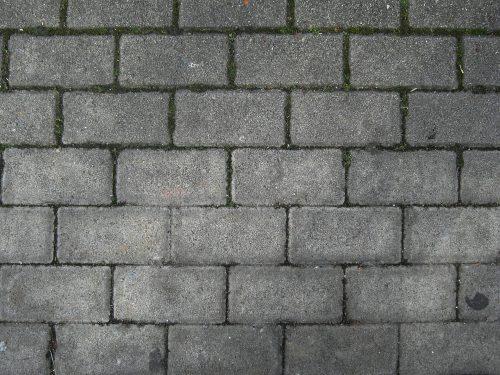 Kalkablagerungen bei Betonsteinpflaster. Foto: Pixabay