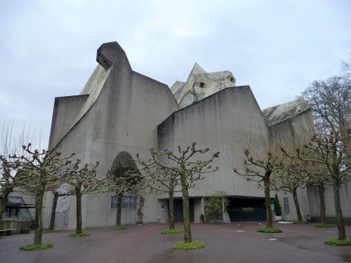 Der Mariendom in Velbert-Neviges besteht aus Sichtbeton und zeigt vor allem im Dachbereich starke Ausblühungserscheinungen. Foto: Grimm