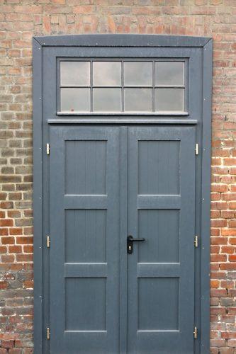 Zweiflügelige Haustür mit jeweils drei Bändern auf jeder Seite. Foto: Pixabay