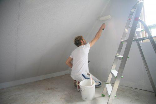 Besonders häufig werden mobile Generalisten für Renovierungs- und Sanierungsarbeiten engagiert. Foto: Rainer Sturm / www.pixelio.de