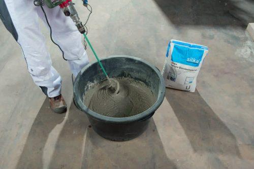 Die fertig gemischten Trockenbestandteile sind auf der Baustelle nur noch mit Wasser anzurühren. Foto: Xella