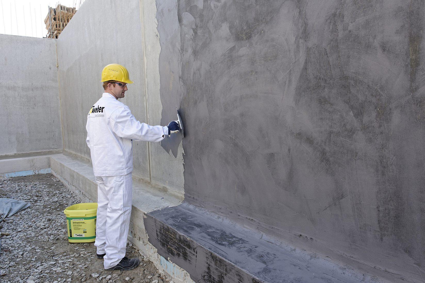 Bitumenfreie Dickbeschichtung zur erdberührten Abdichtung von Kellern und Fundamenten. Foto: Saint-Gobain Weber