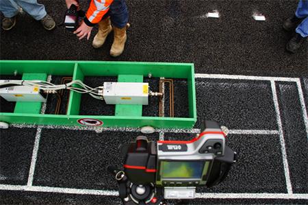 Erhitzung über Magnetfelder: Die Induktionsmaschine im Praxiseinsatz auf dem duraBASt-Gelände. Foto: Bundesanstalt für Straßenwesen (BASt)