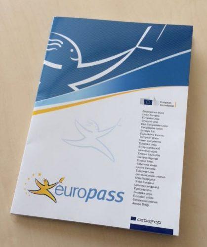 """Eine Europass-Mappe kann Lebenslauf, Sprachenpass, Zeugniserläuterungen sowie die Dokumente """"Mobilität"""" und """"Diploma Supplement"""" beinhalten."""