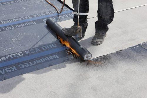 Verschweißung einer Bitumendachbahn mit offener Flamme. Foto: Bauder