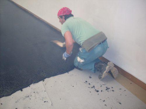 Der heiße Asphalt lässt sich auf dem Untergrund einfach gießen, verteilen und glätten. Foto: HIIIS harderstumpflschramm