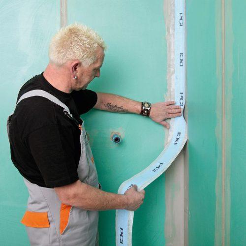 In kritische Bereiche wie Wandecken werden zusätzlich Dichtbänder eingebettet. Foto: PCI