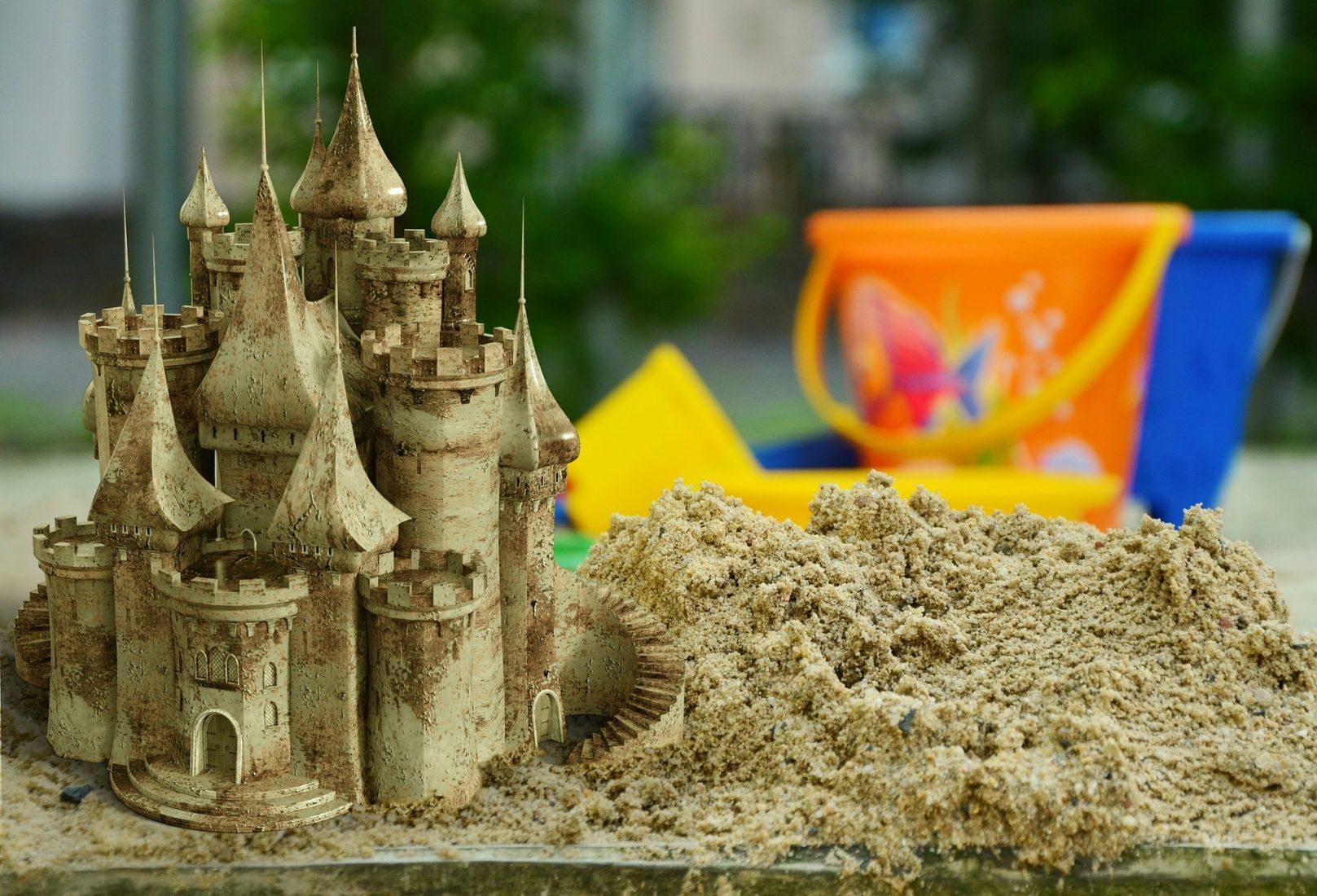 Nicht nur die Sandburg am Strand, sondern auch reale Gebäude enthalten viel Sand. Foto: Pixabay