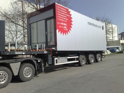 Transport eines mobilen Gebäudes des österreichischen Anbieters Mikrohaus.com. Foto: Hersteller