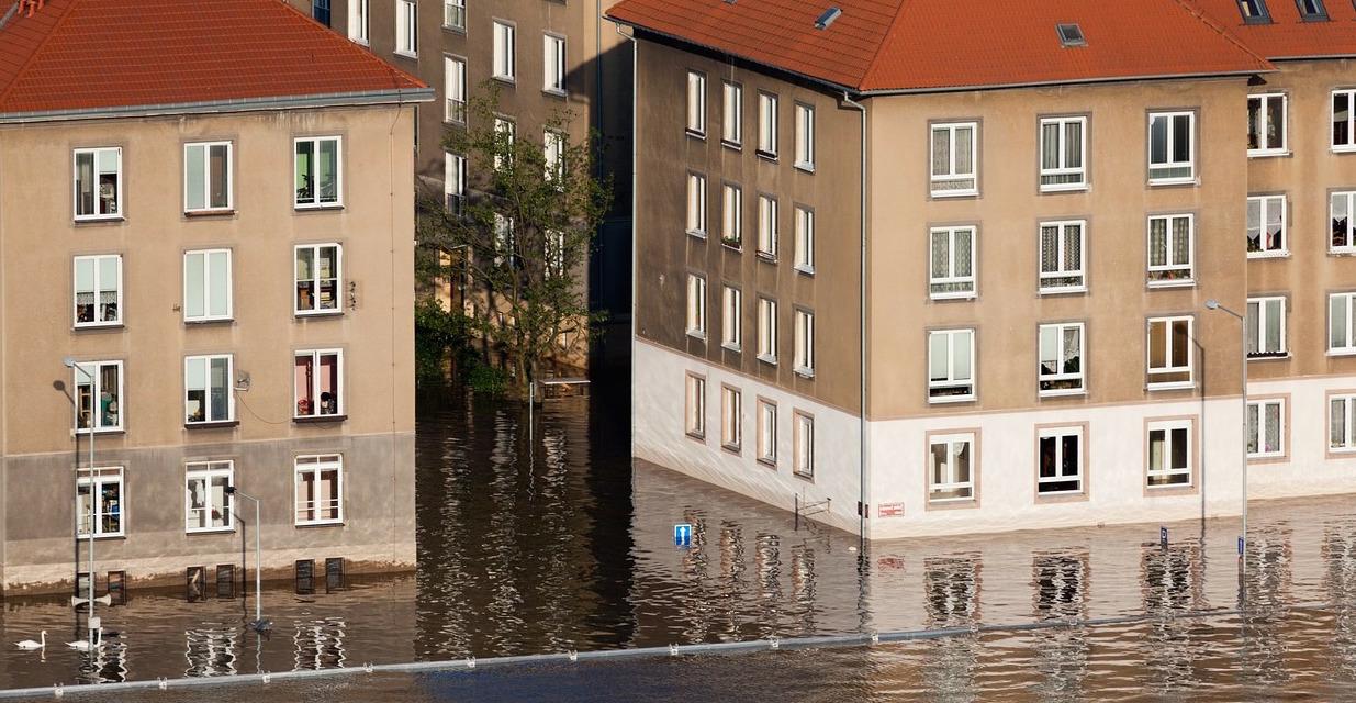 Hochwasser richtet auch an Gebäuden schwere Schäden an. Foto: Pixabay