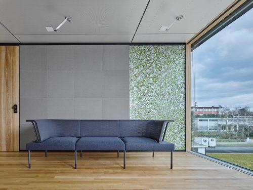 Ansicht einer Wand aus wiederverwerteten Materialien im Inneren des temporären Moduls. Foto: Zooey Braun, Stuttgart