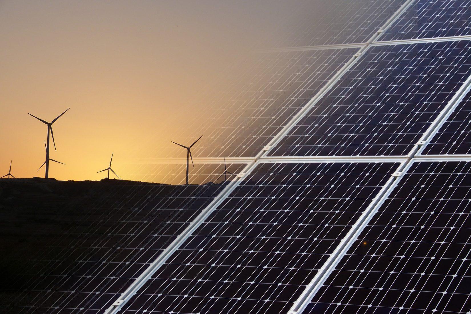 Windräder und Photovoltaik werden immer wichtiger für die Stromerzeugung. Foto: Pixabay