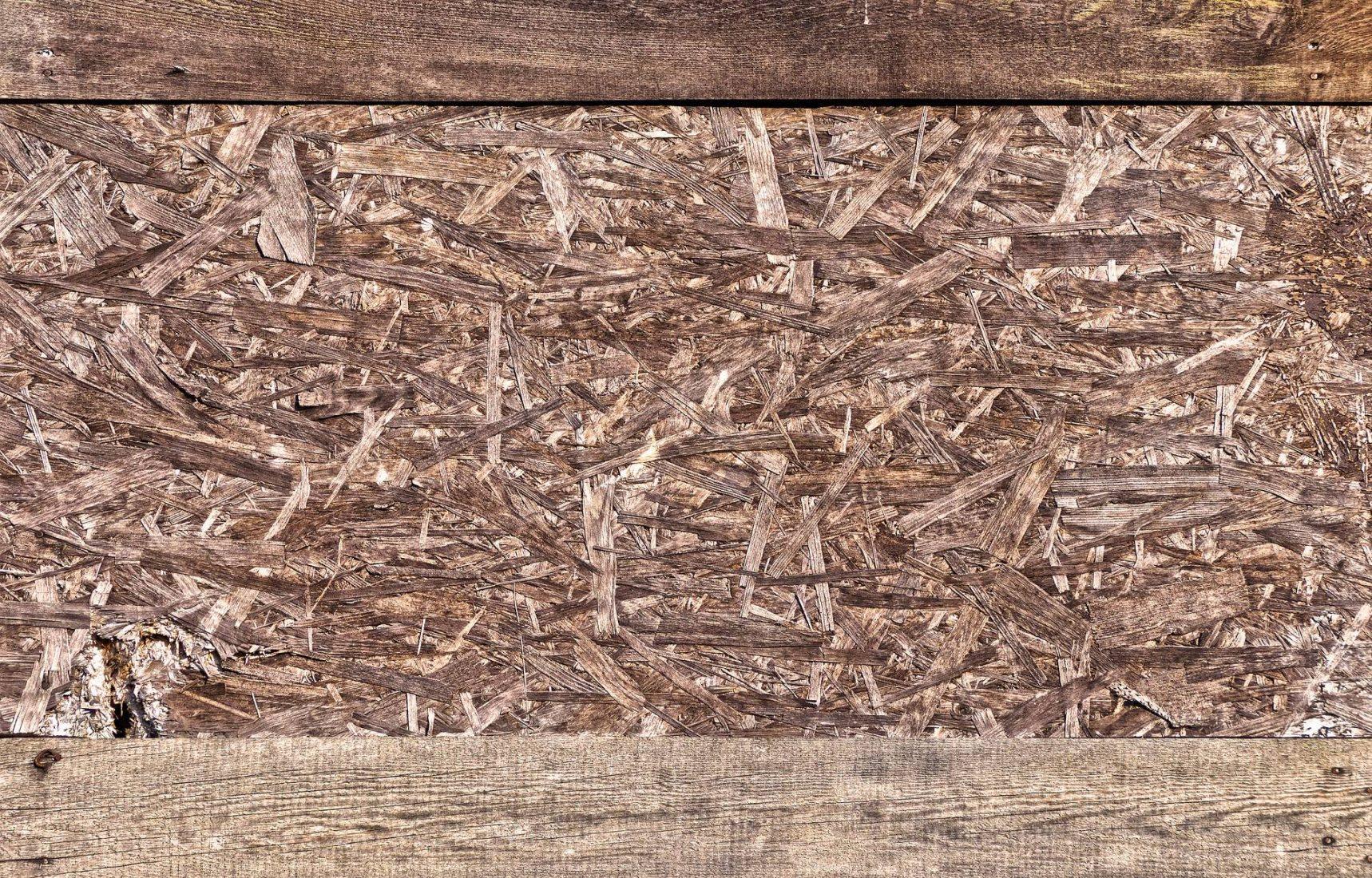 Spanplatten werden durch Bindemittel zusammengehalten und verfügen meist über Deckschichten. Foto: Pixabay