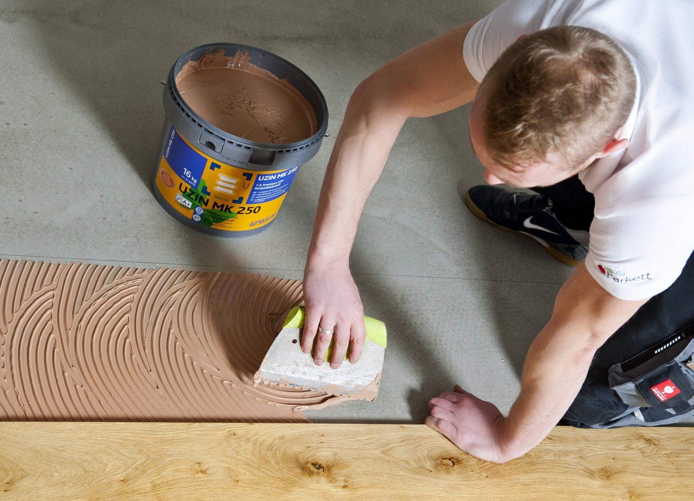 Verklebte Dielen sind besonders lange haltbar und erzeugen wenig Trittschall. Foto: Uzin Utz