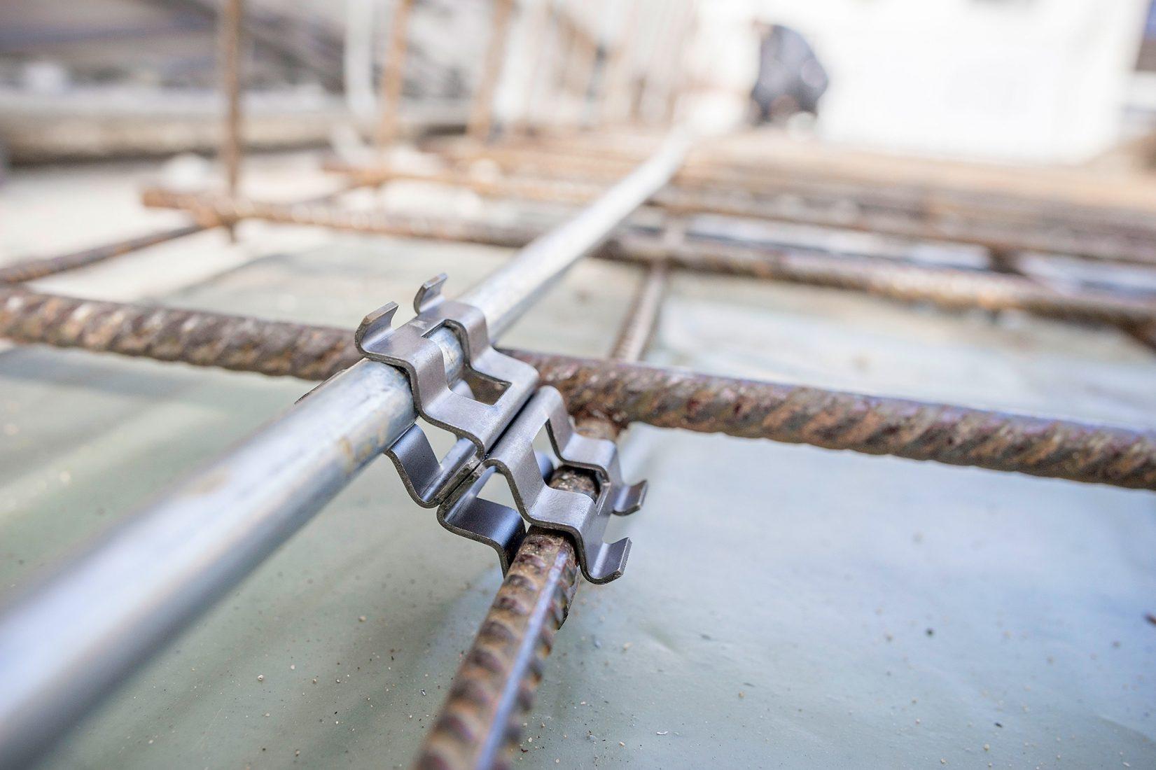 Fundamenterder werden in regelmäßigen Abständen mit der Stahlbewehrung verbunden. Bilder: DEHN + SÖHNE GmbH + Co.KG.