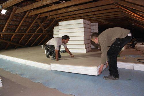 Auch das ist ein Kaltdach: Nicht ausgebauter Dachraum mit Wärmedämmung auf dem Dachboden. Foto: Unidek Gefinex