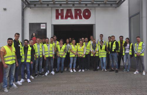 Werksbesichtigung: Das neue Seminar kam bei den Handels-Azubis gut an. Foto: Hamberger Flooring GmbH & Co. KG/ HARO