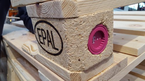 Das Funkmodul wird in einer der Pressspan-Klötze der Europalette eingebaut.