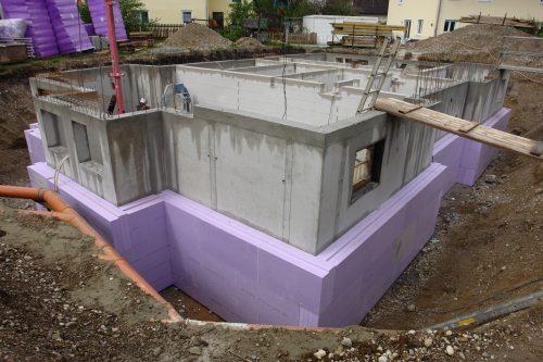 Perimeterdämmung aus XPS an einer Kelleraußenwand. Foto: FPX