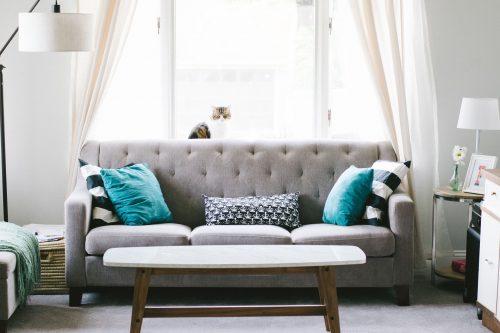 Möbel, Vorhänge und Teppiche können als Schadstoffquellen die Raumluft belasten. Foto: Pixabay