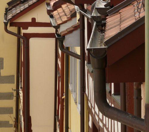 Klassische Hängerinne vor der Dachtraufe mit angeschlossenem Fallrohr. Foto: Pixabay