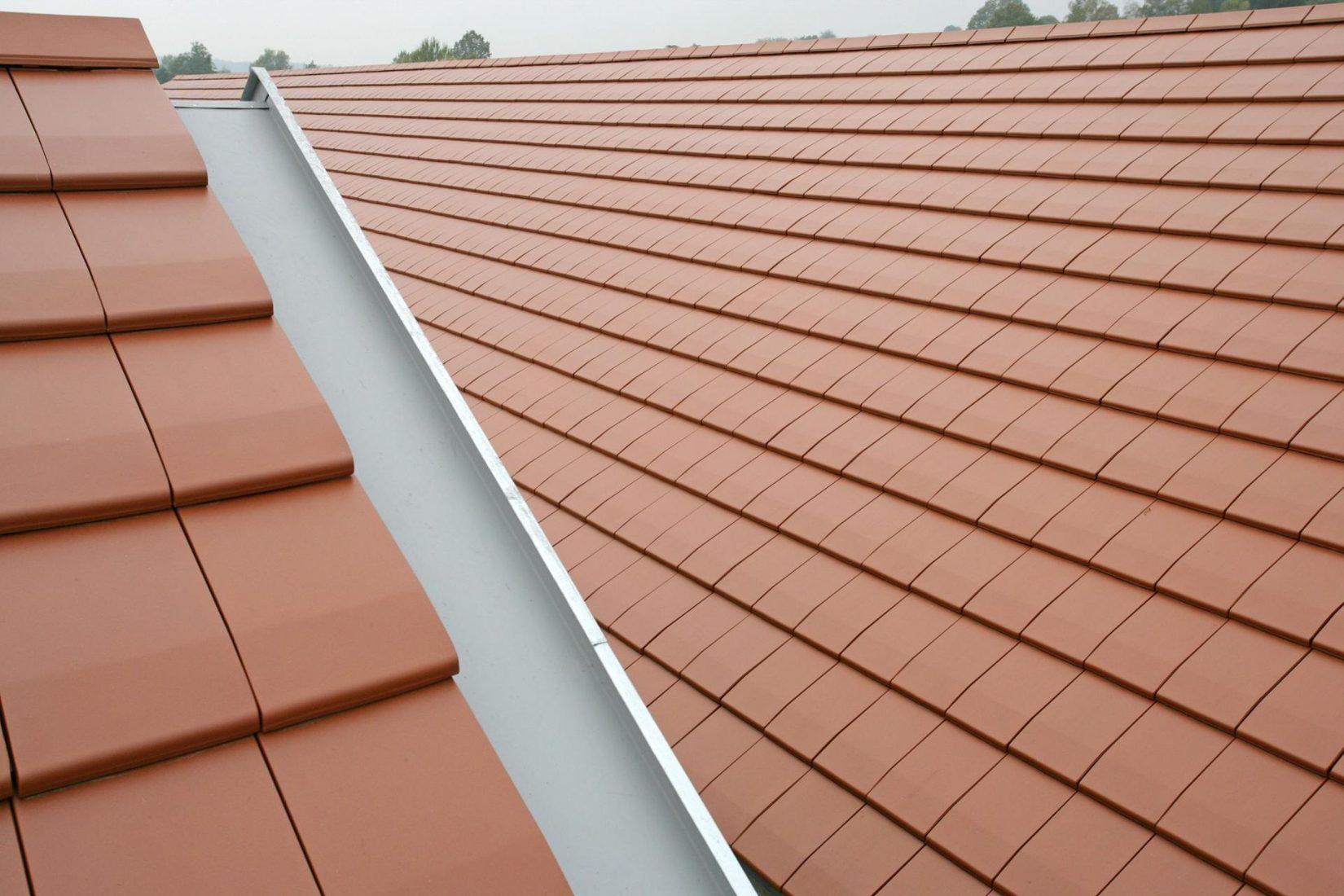 Senkrechte Ortgangrinne am seitlichen Abschluss des Daches. Foto: Wienerberger