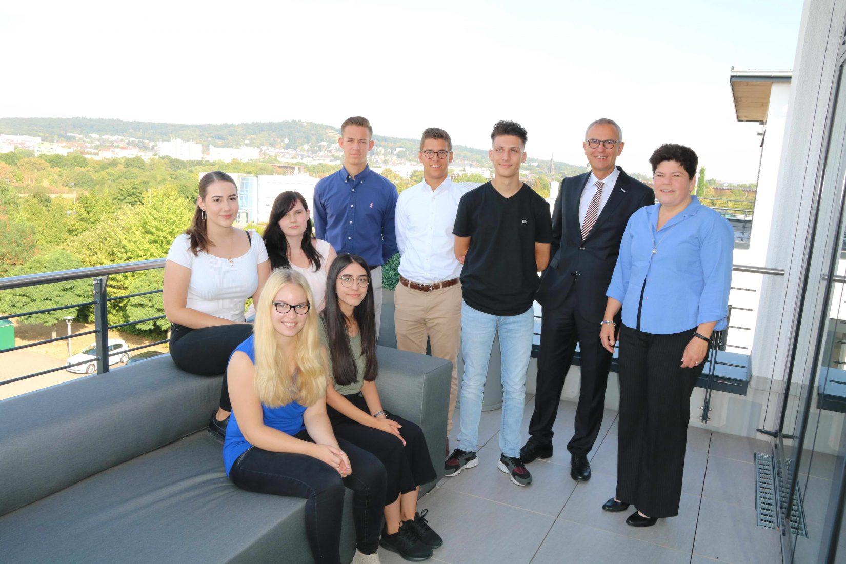 Geschäftsführer Hartmut Möller (2.v.r.) und Personalreferentin Nadja Fuchsberger (r.) mit den sechs neuen Azubis sowie der neuen Ganzjahrespraktikantin (vorne rechts). Foto: Eurobaustoff