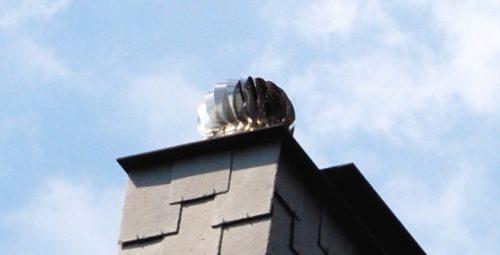 Drehbarer Kugelaufsatz: Schornsteinaufsatz aus Edelstahl mit windangetriebenem Ventilator. Foto: Grimm
