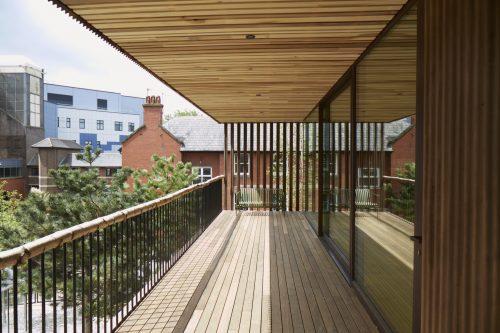Thermoholz eignet sich auch perfekt für Balkon- und Terrassenbereiche.